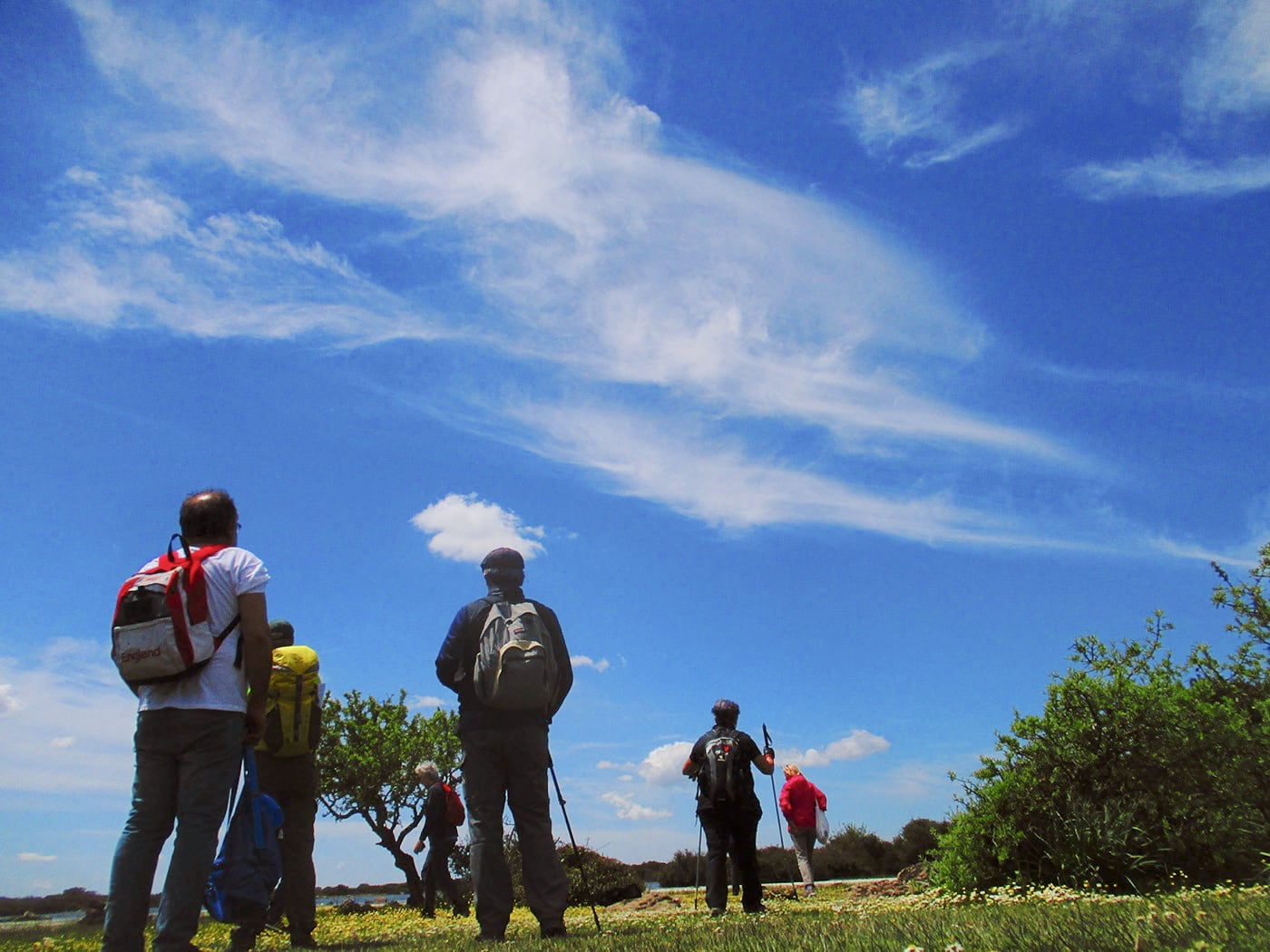 escursionisti camminano su un sentiero vicino alla Giara di Gesturi